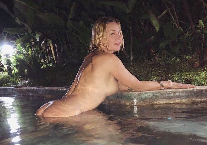 Marlene Morreau Bañándose Desnuda